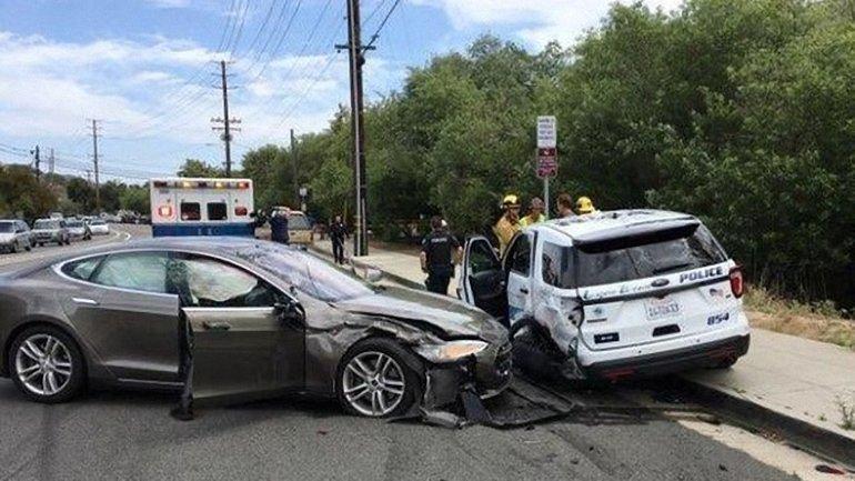 Автомобиль Tesla на автопилоте врезался в припаркованное полицейское авто - фото 1