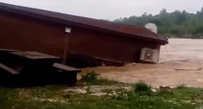 В Ивано-Франковской области река снесла кафе на берегу реки - фото 1