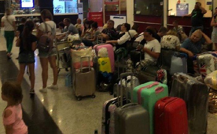 Украинцы не могут вылететь из аэропортов по всему миру - фото 1