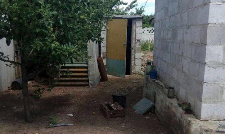Двор дома, где случилось ЧП - фото 1