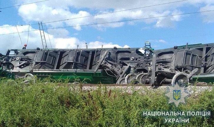 В Одесской области сошли с рельсов груженые товаром вагоны - фото 1