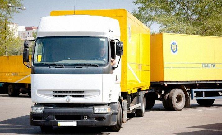 Экономил время: грузовик Укрпочты выбросил на дорогу посылки - фото 1