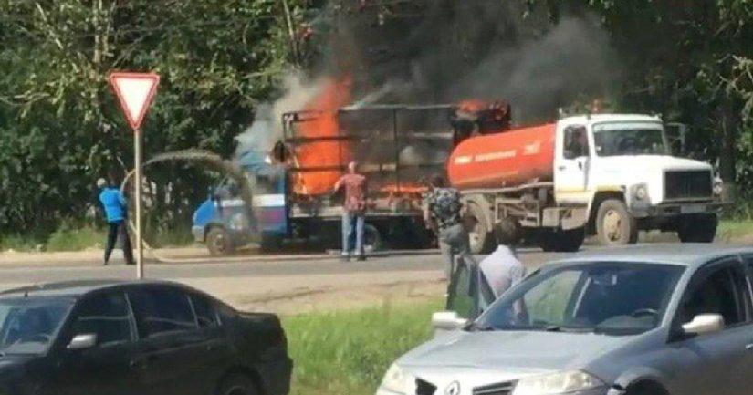 В России фекалиями потушили горящий автомобиль (видео) - фото 1