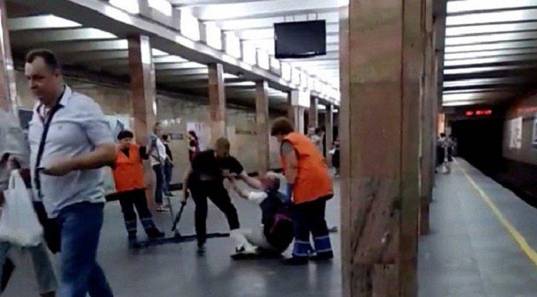В метро Киева 23-летний полицейский избил дубинкой пожилого мужчину - фото 1
