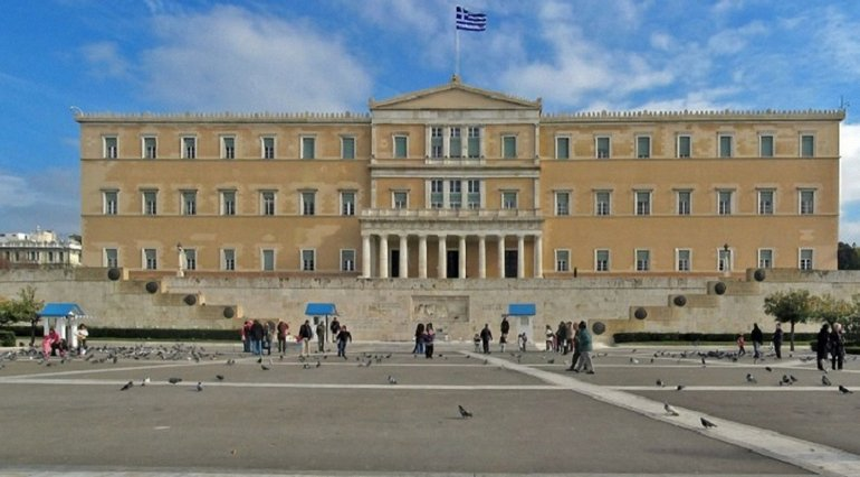 Греция высылает двух российских дипломатов - фото 1