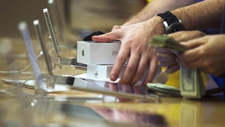 Подростки обокрали магазин Apple в Калифорнии за 30 секунд - фото 1