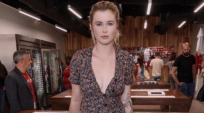 Айрленд Болдуин показала грудь на откровенном фото - фото 1