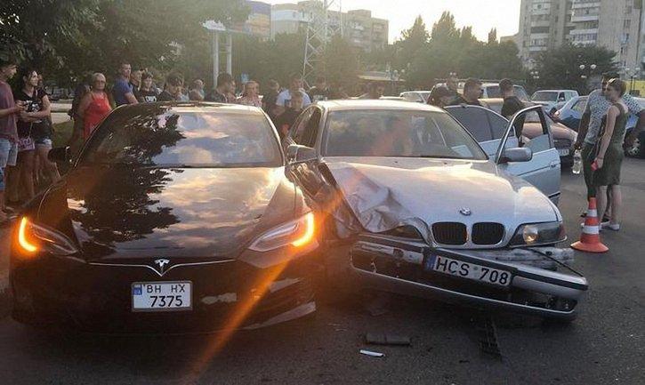 """14-летний мальчик врезался в Tesla на отцовской """"евробляхе"""" - фото 1"""