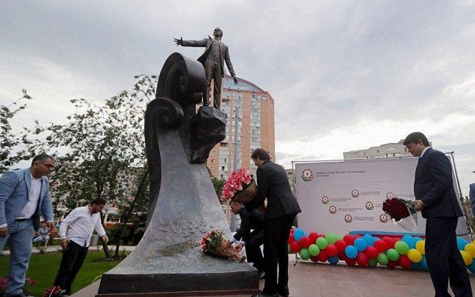 Памятник Муслиму Магомаеву в Киеве - фото 1