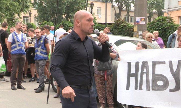 Илья Кива привел на митинг действующих полицейских - фото 1