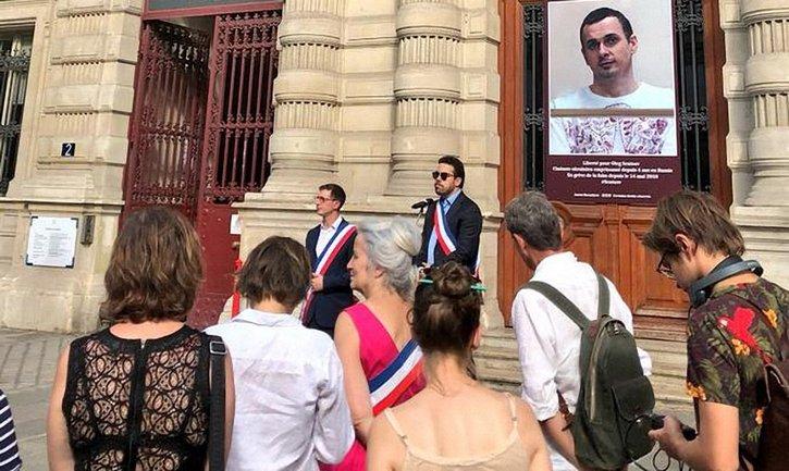 Портрет Олега Сенцова разместили на здании парижской мэрии - фото 1