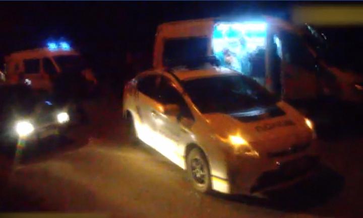 17-летняя девушка врезалась в машину патрульных и сбила двоих пешеходов - фото 1
