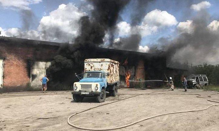 В горевшем гараже обнаружили бочки с 12 тоннами топлива - фото 1
