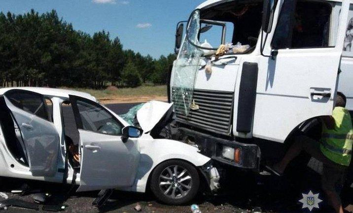 44-летний водитель легковушки врезался в фуру, выехав на встречку - фото 1