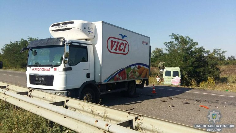 Микроавтобус влетел в грузовик и ушел в кювет - фото 1
