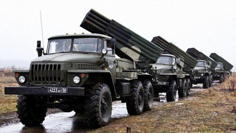 Российские террористы продолжают перебрасывать тяжелое вооружение к линии фронта - фото 1