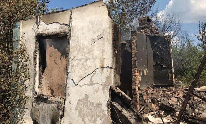 Российские террористы разрушили жилые дома в Луганской области - фото 1