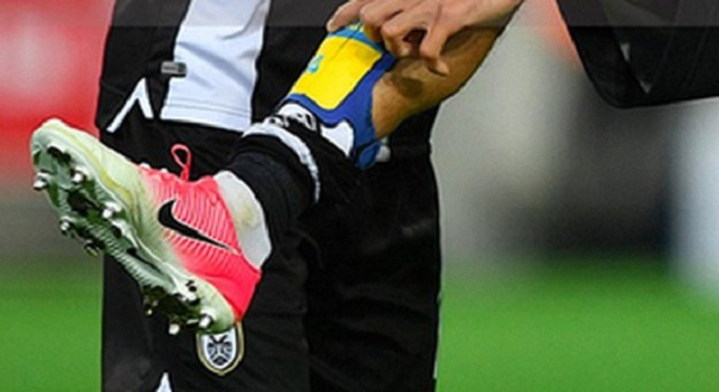 В России призвали наказать футболиста за демонстрацию желто-синих атрибутов - фото 1