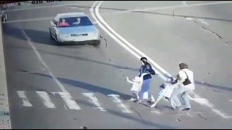 В Киеве пьяный водитель на Audi сбил семью с детьми  - фото 1