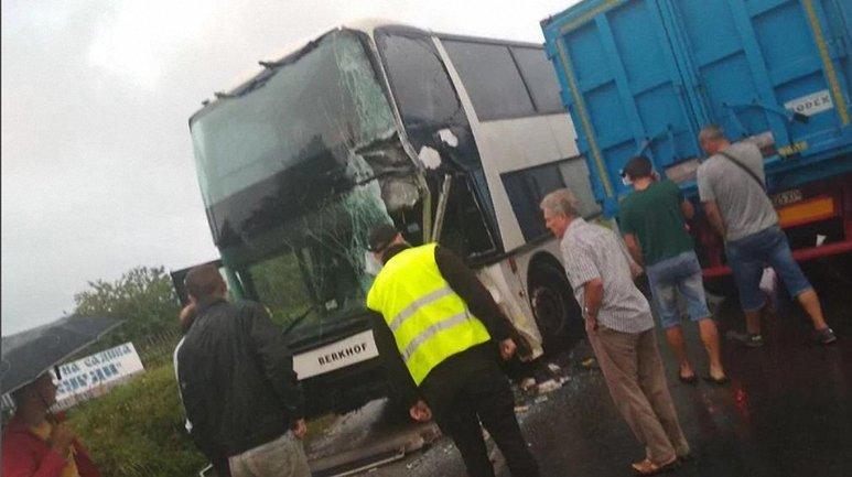Автобус с иностранной регистрацией врезался в фуру - фото 1