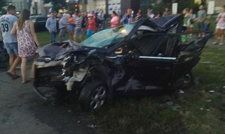 """Водитель """"БМВ"""" смял три машины, припаркованные с нарушениями ПДД - фото 1"""