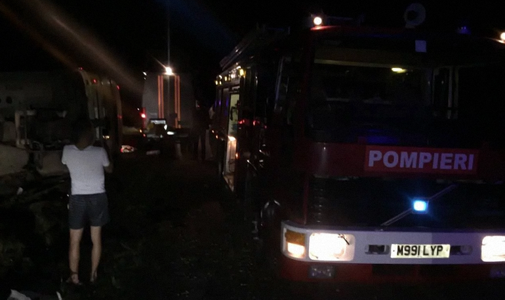 Три человека погибли после столкновения автобуса с трактором - фото 1