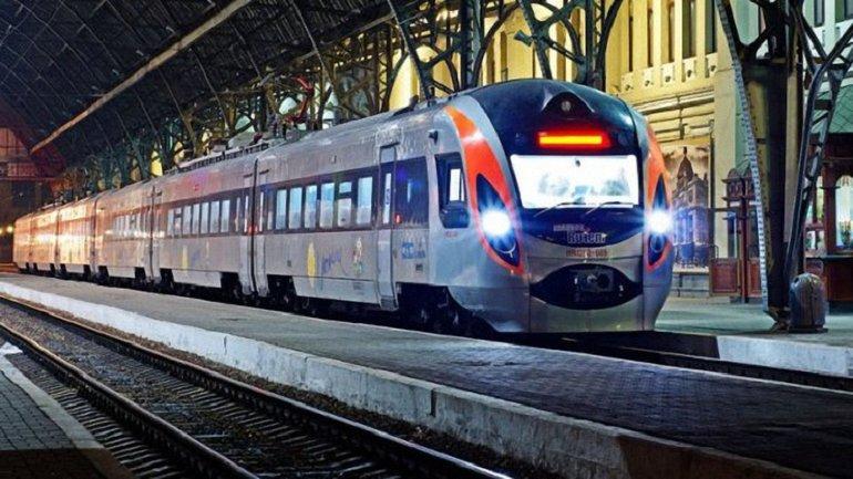 """Укрзализныця начала продажу билетов на поезд """"четырех столиц"""" - фото 1"""