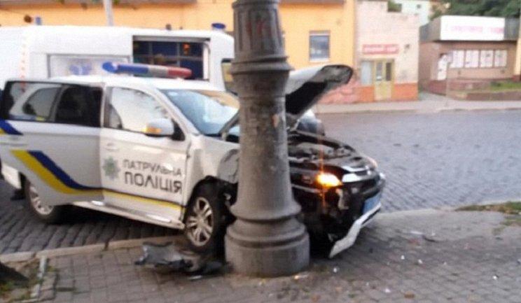 В Черновцах патрульные разбили служебное авто - фото 1