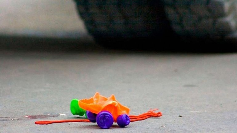В Киеве из рук родителей украли ребенка - фото 1