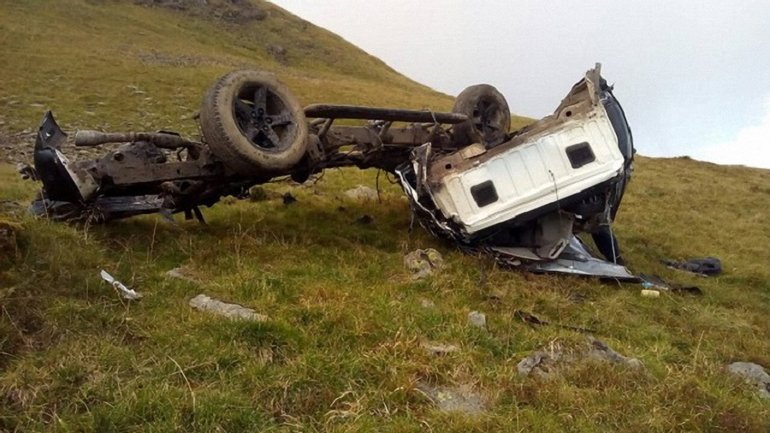 На Закарпатье погибли туристы, которые упали в ущелье - фото 1