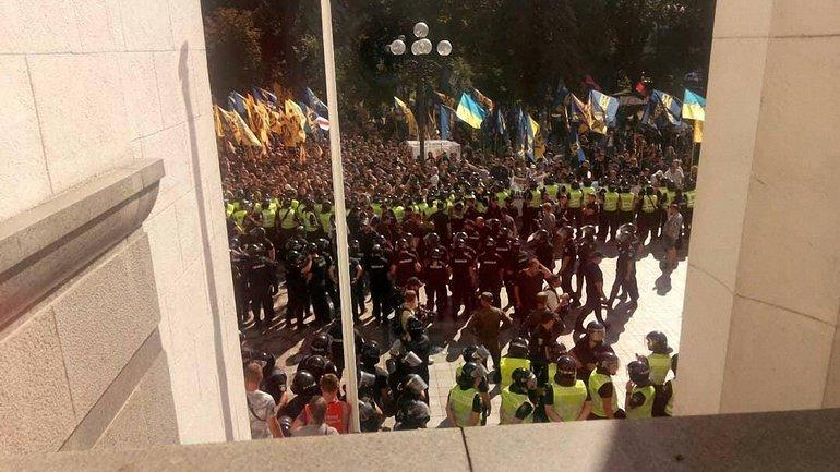 Вот так выглядит митинг под Верховной радой - фото 1