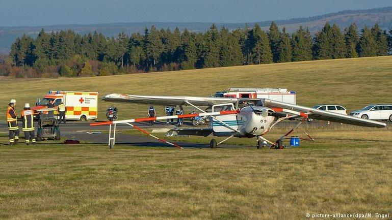 В Германии легкомоторный самолет при посадке сбил насмерть группу зрителей - фото 1
