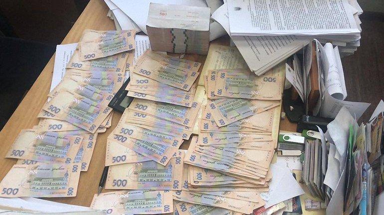 Чиновника задержали при получении 590 тысяч гривен - фото 1