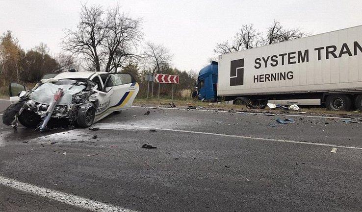Во Львовской области грузовик смял авто полиции - фото 1