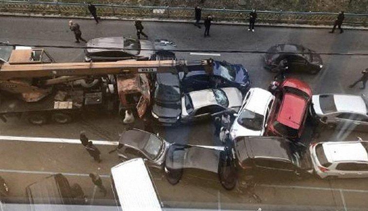 Строительный кран разнес 14 авто - фото 1