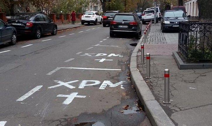 Попы оформили полосу церковной парковки прямо на трассе - фото 1