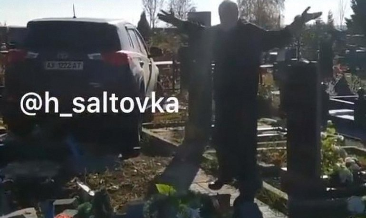 Харьковский священник разнес несколько могил - фото 1