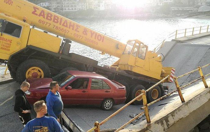 В Греции мост упал в воду - фото 1
