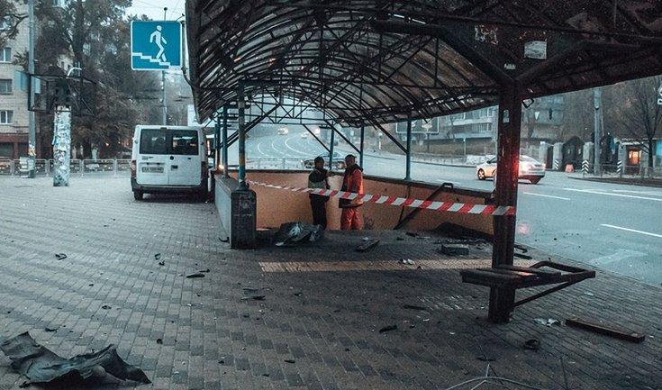 В Киеве возле Минобороны авто снесло остановку и влетело в подземный переход - фото 1