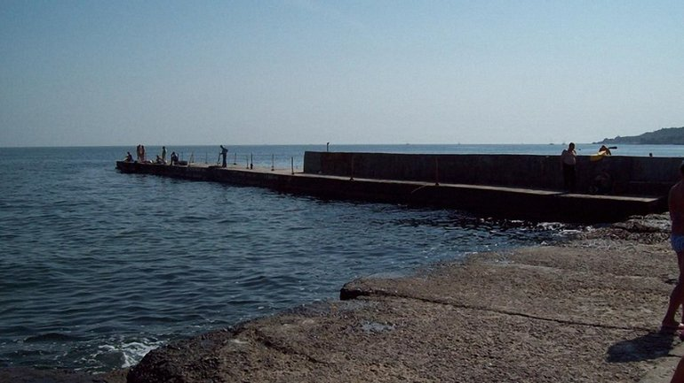 В Одессе девушку смыло с пирса в море - фото 1