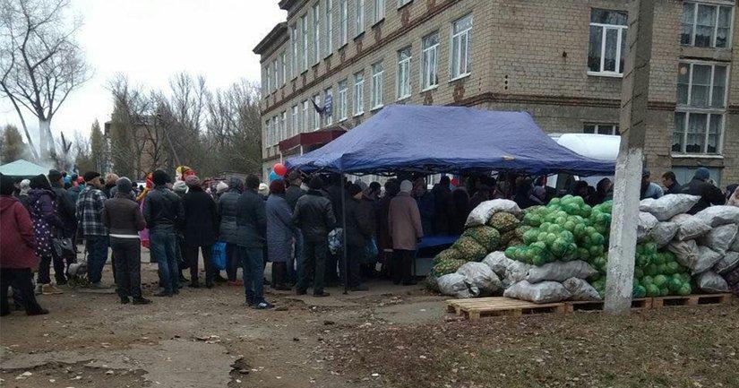 У пунктов голосования дешево продают хлеб и овощи - фото 1