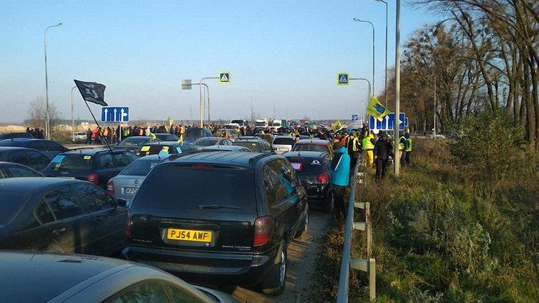 В Ровенской области на акции протеста пострадала нога начальника полиции - фото 1