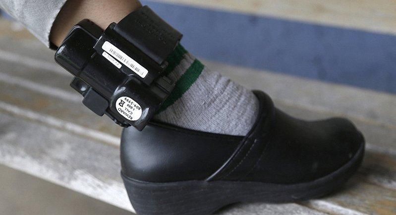 Минюст хочет заменить тюрьму на ношение электронного браслета  - фото 1