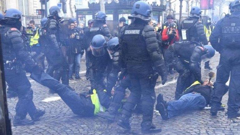 Протесты желтых жилетов: полицейские в отместку за своих применили газ и водяную пушку - фото 1