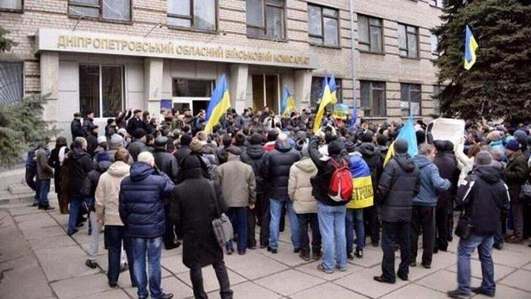 Украинцы и без приглашений ринулись в военкоматы - фото 1