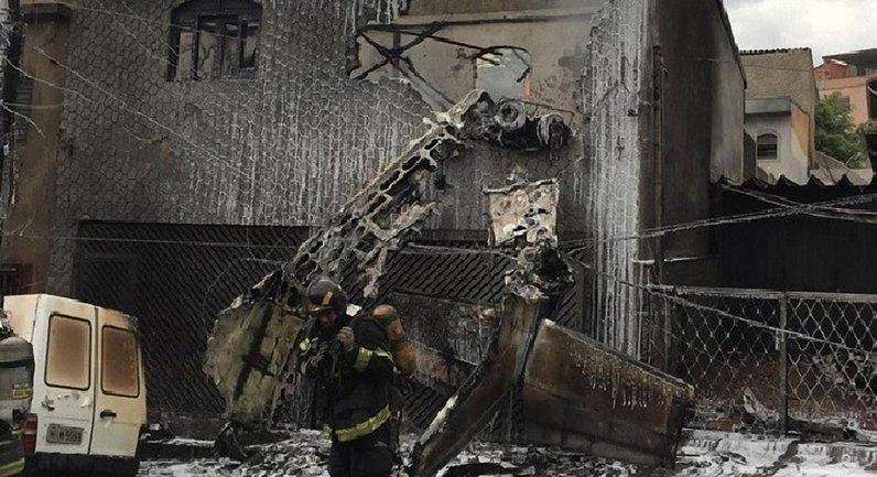 В Бразилии на жилые дома упал самолет - фото 1