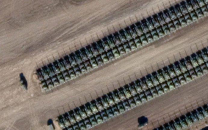 Спутник зафиксировал сотни российских танков у границы с Украиной - фото 1