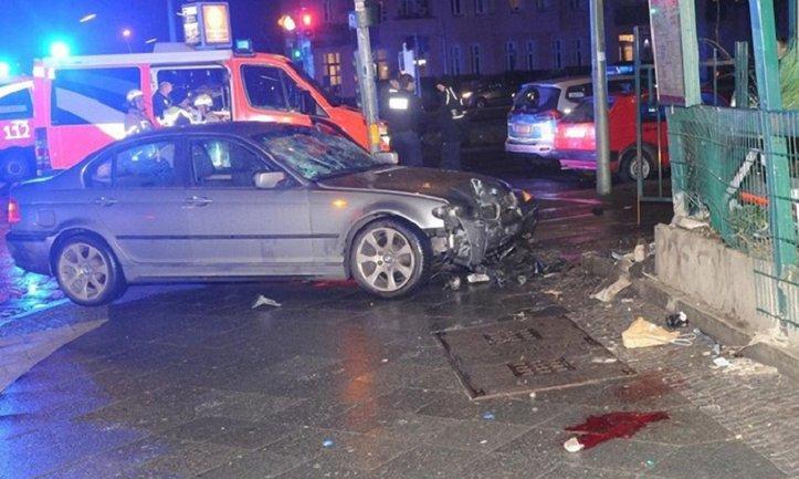 В Берлине авто сбило на тротуаре пять человек - фото 1
