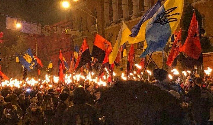 В Киеве шествуют в честь дня рождения Степана Бандеры - фото 1