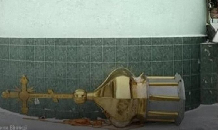 Озлобленный поп сбросил купол церкви из-за того, что его изгнали - фото 1